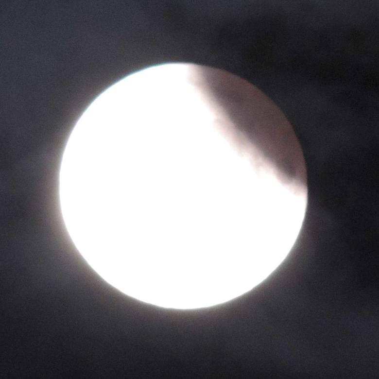 - Dzisiaj w nocy, mimo zachmurzenia, udało mi się zrobić zdjęcia częściowego zaćmienia Księżyca. Zdjęcia zrobiłem aparatem fotograficznym Nikon Coolpix