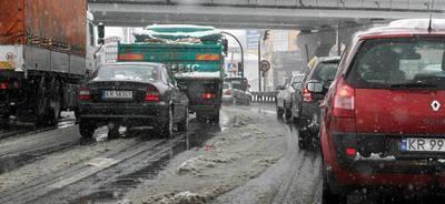 Po weekendowych opadach śniegu, w niektórych dzielnicach Krakowa tworzyły się długie korki FOT. ANNA KACZMARZ