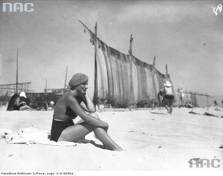 Hel, 1938 rokMorze to samo, plaże również. Inne były tylko stroje kąpielowe, nakrycia głowy, parasole... i nie widać parawanów, którymi plażowicze zasłaniają