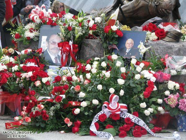 Polonia w USA oplakuje prezydencką pareW kościolach w USA odbywają sie msze w intencji tych, którzy zgineli. Polacy i Amerykanie skladają hold ofiarom,