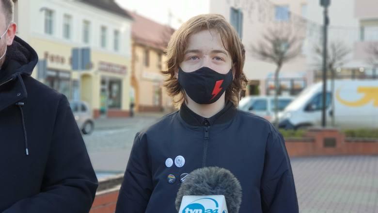 14-letniego Macieja Rauhuta z Krapkowic policja naszła w domu po tym, jak na Facebooku udostępnił post o manifestacji Strajku Kobiet.