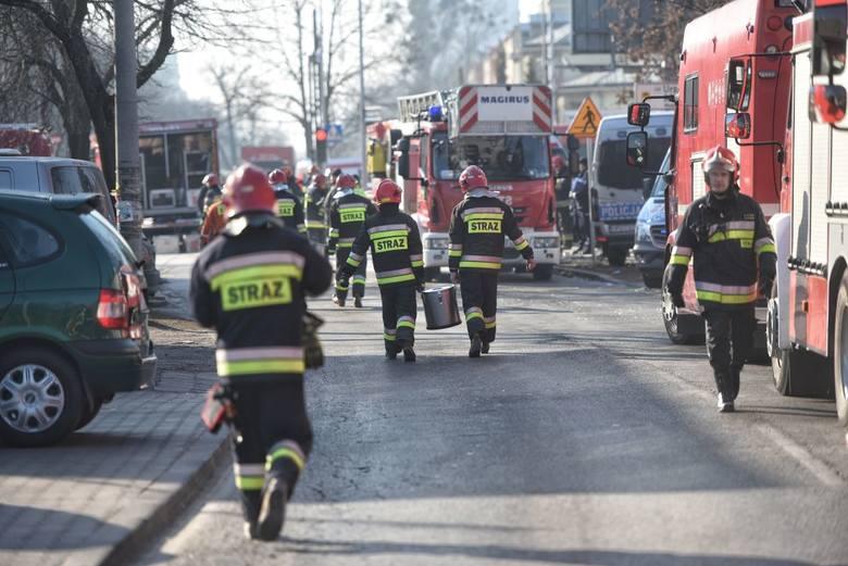Do wybuchu na Dębcu doszło w niedzielę około godz. 8 rano. Zdarzenie miało miejsce w budynku przy ulicy 28 Czerwca. Zawaliła się duża część trzypiętrowej kamienicy. Nie żyje pięć osób, a ponad dwadzieścia jest rannych.