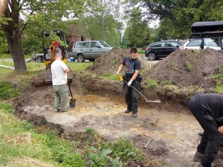 Szczątki żołnierzy niemieckich zostały znalezione w mogiłach w Dąbrowcu, w pobliżu drogi Nowogród Bobrzański – Bieniów. W poniedziałek, 1 lipca, Pracownia