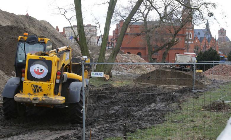 Tej tragedii nie sposób zapomnieć. W październiku ub. r. koparka zabiła 44-latka, pracującego na budowie Muzeum Twierdzy Toruń. Prokuratura przygotowała