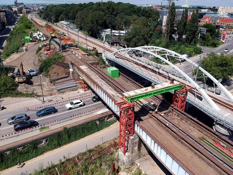 W tym czasie na drogę zdjęte mają zostać dwa pierwsze przęsła mostu kolejowego