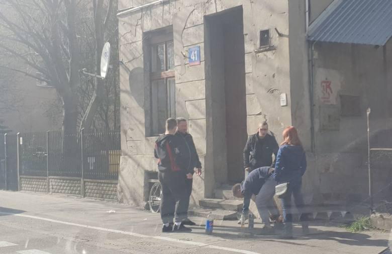 Tak wyglądała dziś (sobota) kwarantanna na ul. Radwańskiej. Grupka młodych osób bez maseczek spożywała sobie alkohol na środku chodnika... Zdjęcia na