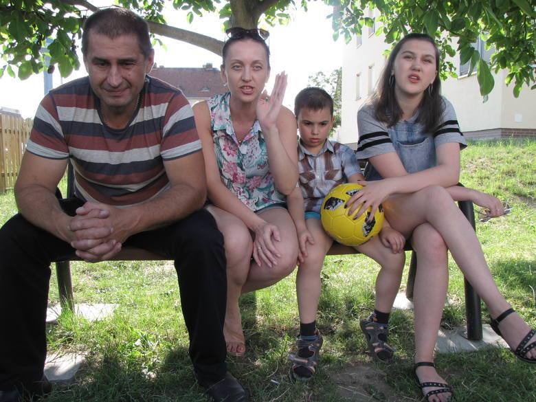 Andriej Sirowatskyi z żoną Tatianą i dziećmi: Dmytrem (wołają na niego Dima) i Olą (na nią Sasza) przed swoim blokiem w Strzelcach Krajeńskich