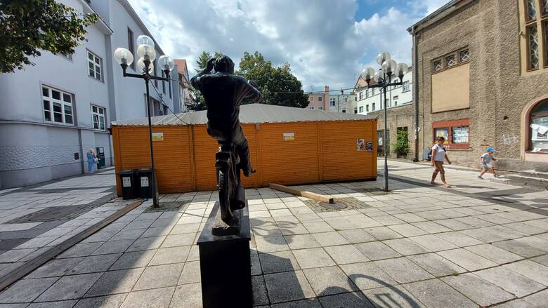 Pomnik Andrzeja Huszczy wykonał zielonogórski rzeźbiarz Artur Wochniak