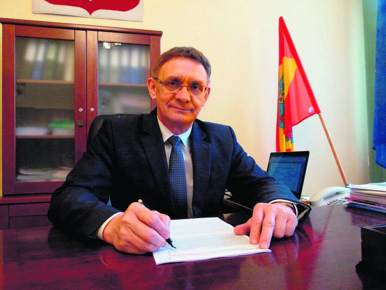 Starosta Krzysztof Habura rozdał urzędnikom trzynaste pensje.