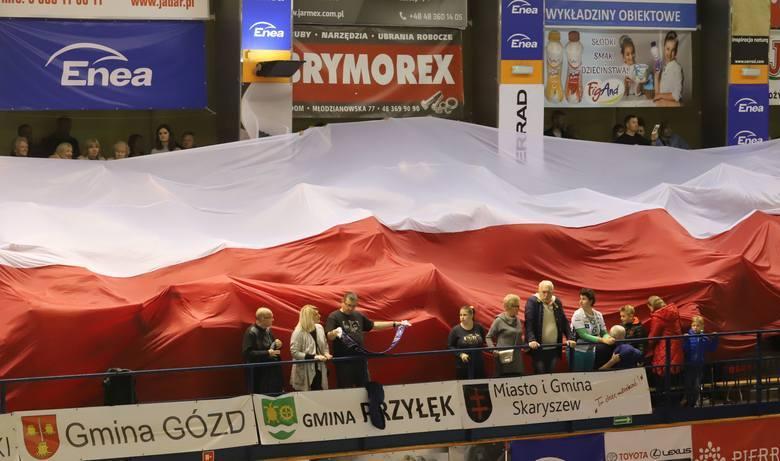 Ta ogromna flaga pojawiła się na trybunach radomskiej hali podczas niedzielnego meczu siatkarzy Cerradu Enea Czarni z MKS Będzin.