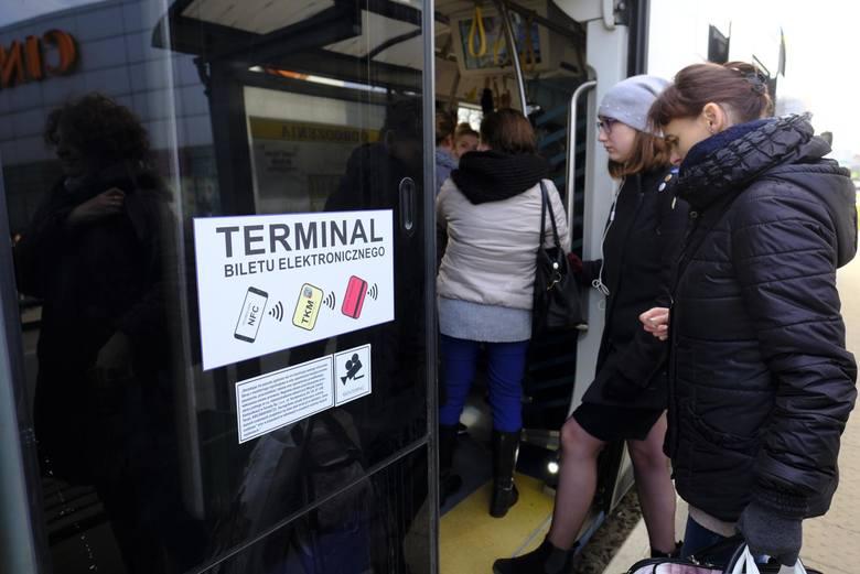 Nie ma chętnych do testowania miejskiej karty, urzędnicy dają sobie miesiąc na rozkręcenie pilotażu, nie mówią jednak, jaki mają plan B