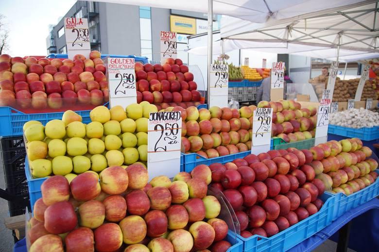 Szeroki wybór świeżych warzyw i owoców na kieleckich bazarach. Sprawdziliśmy, w jakich cenach oferowano te najpopularniejsze w sobotę, 10 kwietnia. Na