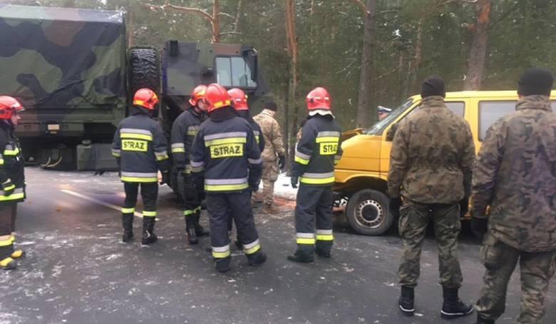 Wypadek wydarzył się we wtorek, 24 stycznia, na trasie Trzebów - Świętoszów. Wojskowa ciężarówka armii USA zderzyła się z volkswagenem busem. Dwie osoby