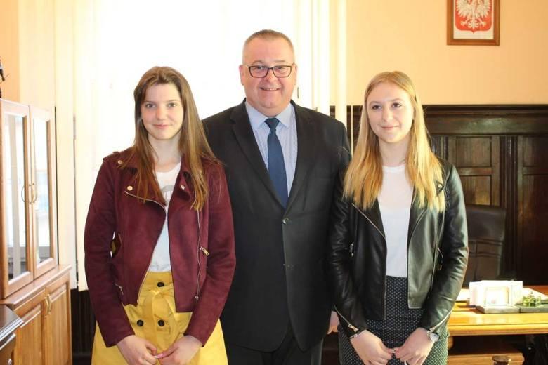 Dominika Nadolska i Natalia Perlikowska, gimnazjalistki z Pakości, pomogły chorej kobiecie. Dziś otrzymały podziękowania od burmistrza.Przypomnijmy: