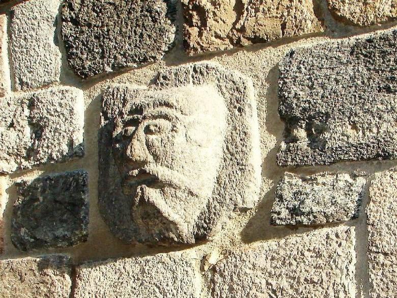 Jeden z odzyskanych ciosków z tajemniczą płaskorzeźną, wmurowany w ścianę bazyliki w Inowrocławiu