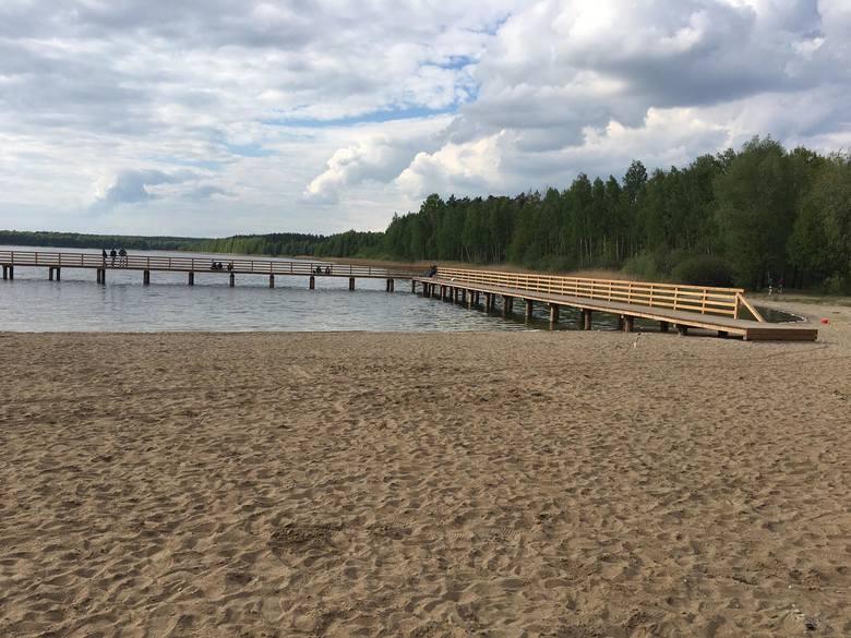 Spore zmiany czekają na tych, którzy odwiedzą jezioro w Kamionkach. Jesienią wybudowano nowy pomost. Teraz gmina Łysomice na skraju plaży położyła chodnik.