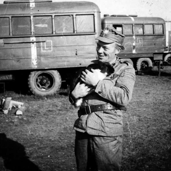Żołnierze jednej z kompanii 13. pułku czołgów mieli swoją maskotkę - królika Mikesza. Potem ktoś go ukradł i upiekł na kolację.