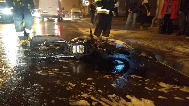 Do tego wypadku doszło w piątek 9 listopada na ul. Wojska Polskiego w Augustowie. Około godziny 17 zderzyły się tam dwa pojazdy: motocykl i samochód