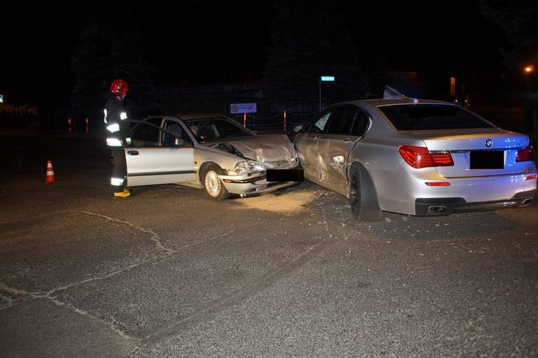 W piątek (25 maja) przed godziną 23 doszło do poważnej kolizji na skrzyżowaniu ulicy Andersa z Dmowskiego. Kierowca osobowego volvo wymusił pierwszeństwo