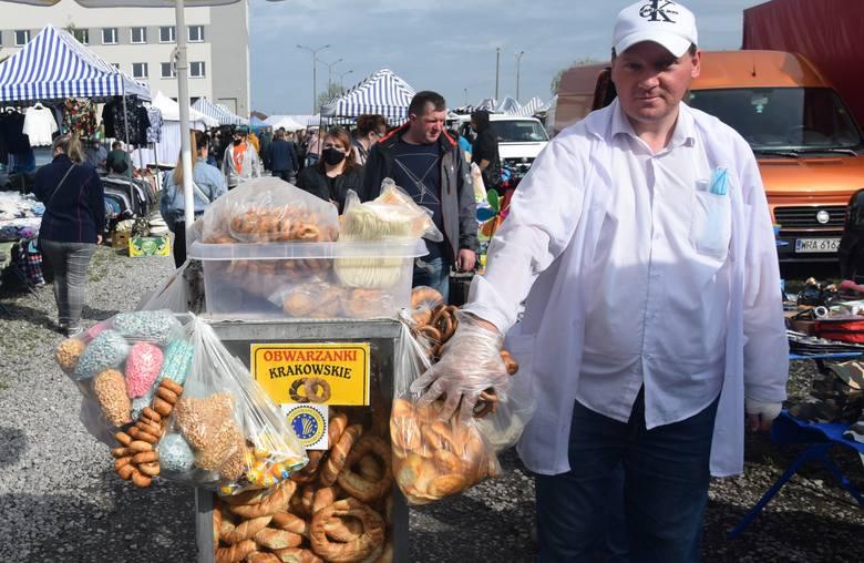 Sporty ruch w niedzielę (16 maja) na targu w Wierzbicy. Byli sprzedający jak i handlujący. Dopisała pogoda, było ładnie, słonecznie. Można było kupić