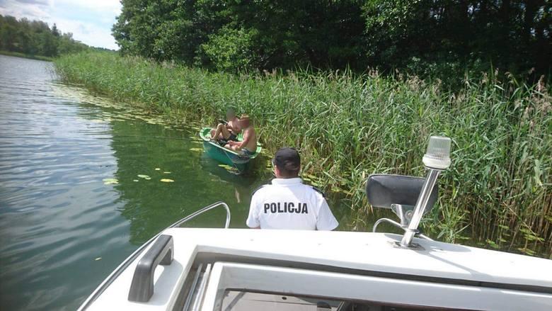 Jezioro Wigry. Ratownicy wodni z Suwałk pomogli kajakarzowi oraz windsurferowi nad wodą (zdjęcia)