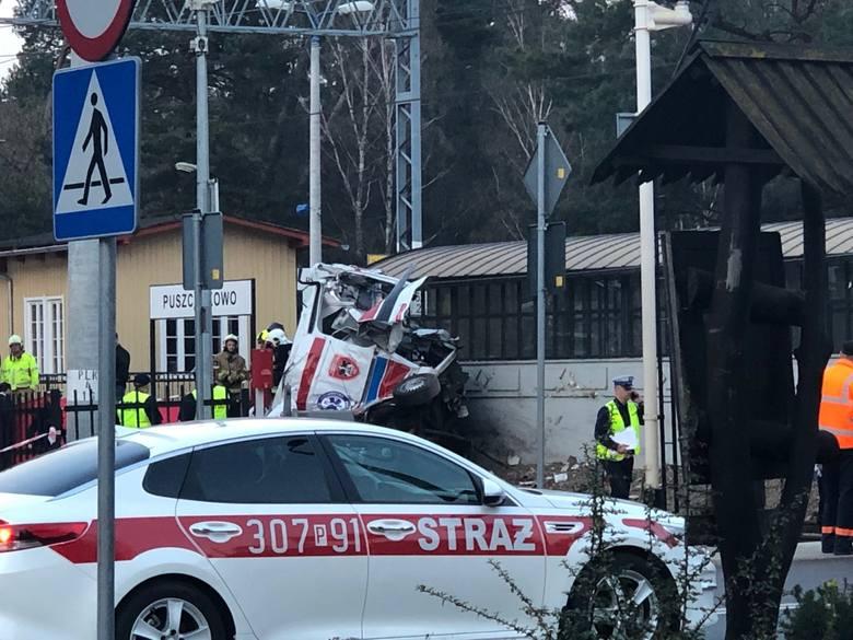 Do tragedii na przejeździe kolejowym w Puszczykowie doszło w środę, 3 kwietnia. W karetkę, która jechała po pacjenta do puszczykowskiego szpitala, uderzył