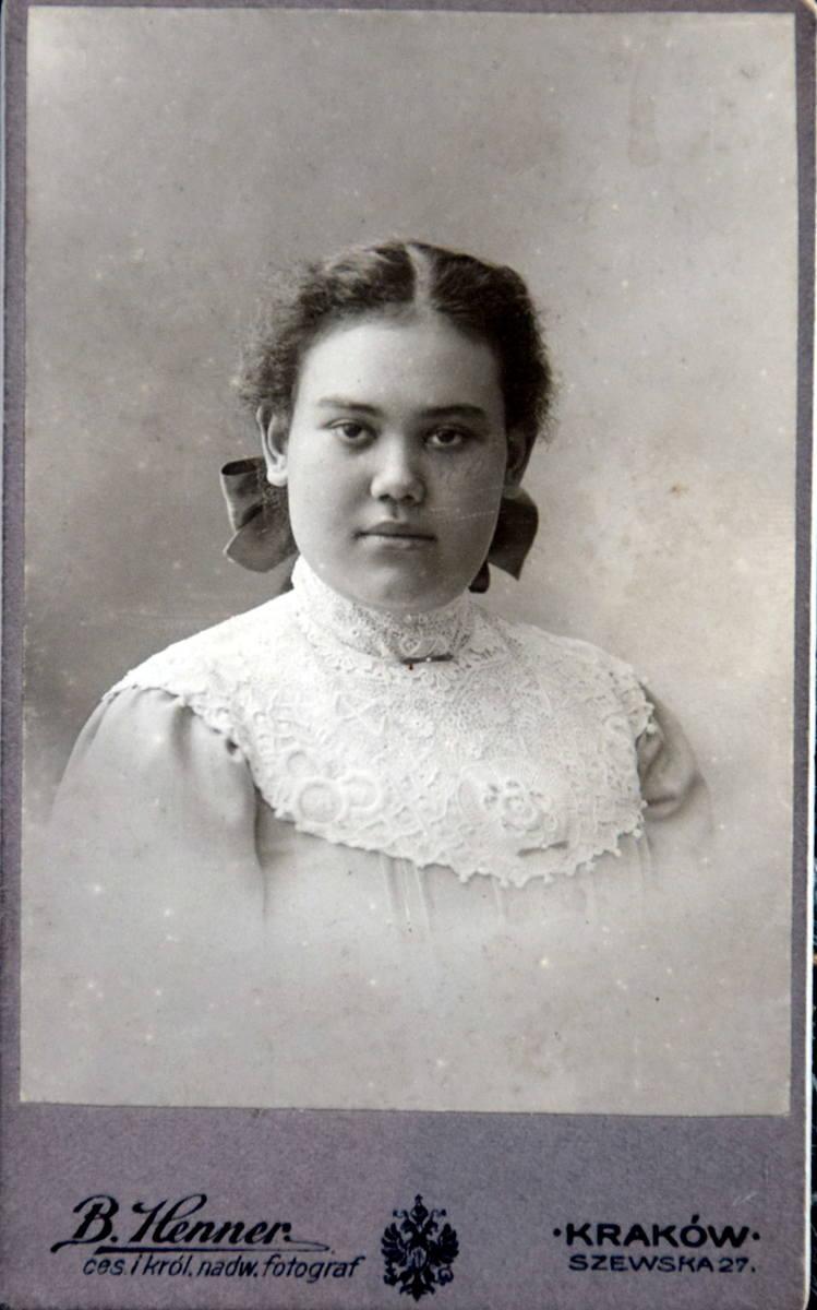 Dorota Łopacińska, córka Saturnina. Matka Doroty była Malajką, jej rodzice poznali się na Sumatrze, gdzie Saturnin pojechał do pracy. Została osierocona w wieku dwóch lat, kiedy oboje zmarli na Malarię. Dziecko zostało przywiezione na wychowanie do rodziny w Krakowie. Jako dorosła osoba Dorota...