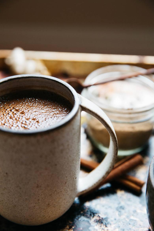 Dieta DASH nie wyklucza drobnych przyjemności kulinarnych, np. wypicia kubka kakao.