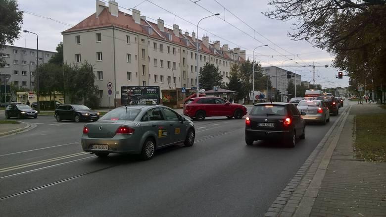 Doskonała informacja dla pasażerów komunikacji miejskiej i nieco gorsza dla kierowców prywatnych aut. Na ulicy Grabiszyńskiej, na odcinku około kilometra