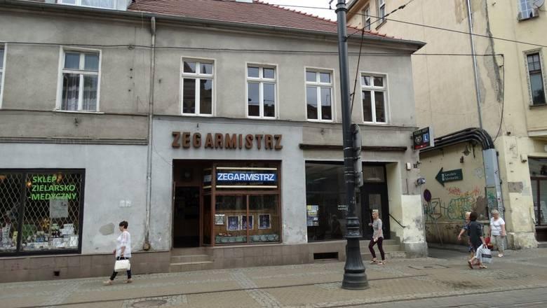 """Gdańska 3 - pod tym numerem mieści się sklep zielarski, kiedyś """"Herbapolu"""",  obok jest zegarmistrz -zakład z przedwojenna tradycją. No i galeria Kantorek. Sztuka gości tu od co najmniej 1959 roku."""