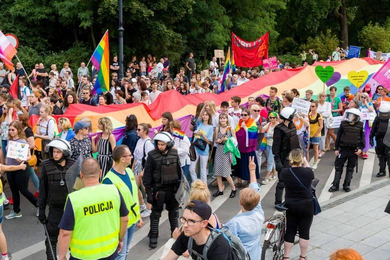 Warszawa solidarna z Białymstokiem, 27.07 manifestacja na pl. Defilad przed PKiN. Demonstracje przeciw przemocy także w innych miastach