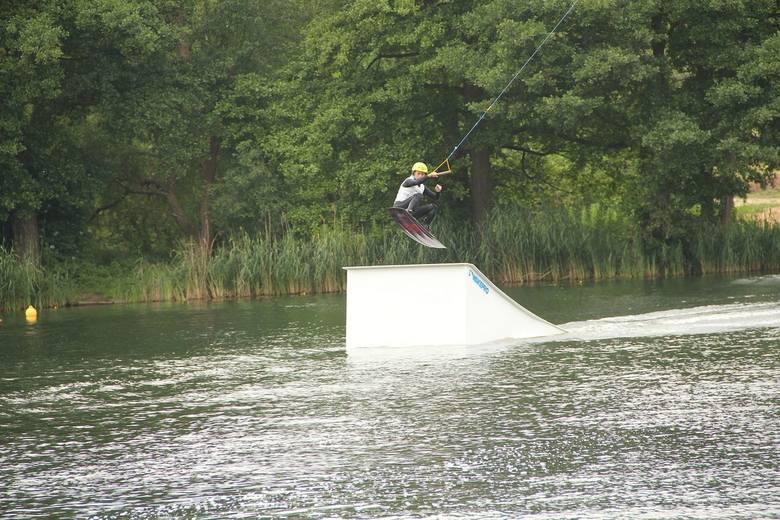 Wakeboard - czyli połączenie snowboardu i kitesurfingu nad jeziorem w podgorzowskiej Kłodawie.