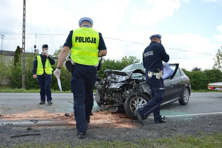 Do wypadku w Srocku doszło ok. godz. 12. Kierujący peugeotem 206 piotrkowianin, jadąc od strony Łodzi, z nieznanej przyczyny zjechał nagle na przeciwny