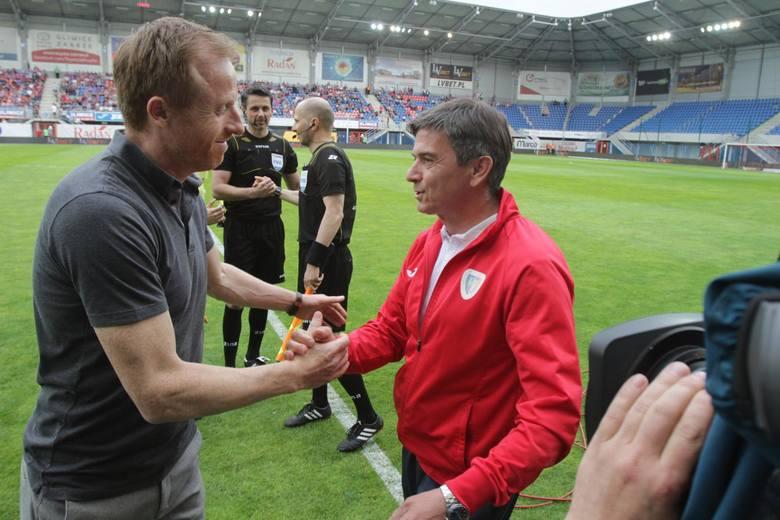 Trener piłkarski to w Polsce zdecydowanie zawód wysokiego ryzyka. W Ekstraklasie zachowanie posady przez rok jest dla wielu sporym osiągnięciem. Pierwszym