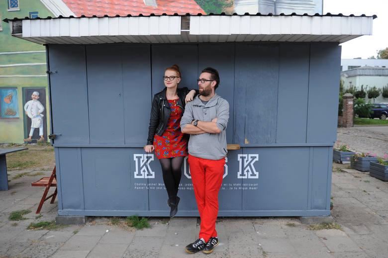 Monika i Jan, właściciele Cafe La Ruina i Raju, na tle kiosku pana Macieja: [i]Był odrapany, zaniedbany, zielonoburoniewiadomojaki i tylko wtajemniczeni wiedzieli, że to nasz śródecki, działający normalnie kiosk, co wiele widział i przeżył. Z gazetami i fajkami. <br /> Pomalowaliśmy go...