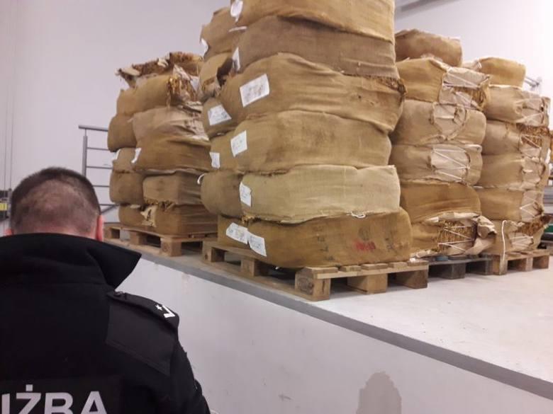 Lubuscy funkcjonariusze Krajowej Administracji Skarbowej zatrzymali przemytnika na granicy polsko-niemieckiej.- Zatrzymany kierowca wyjaśniał, że przewozi