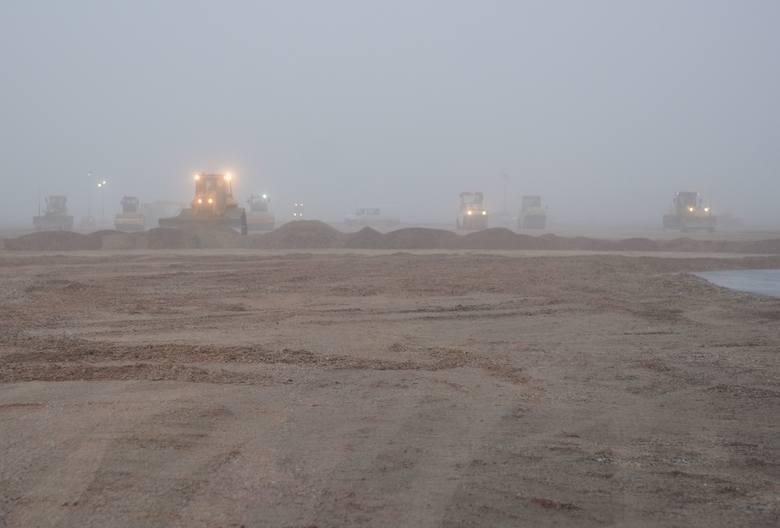Lotnisko w Radomiu. Trwają prace przy przebudowie pasa startowego ZOBACZ ZDJĘCIA