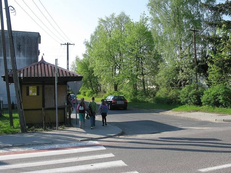 Przejście dla pieszych, przez które przechodzą dzieci do szkoły, znajduje się na drodze krajowej. Widoczny na zdjęciu wjazd jest w ulicę Podhalańską.