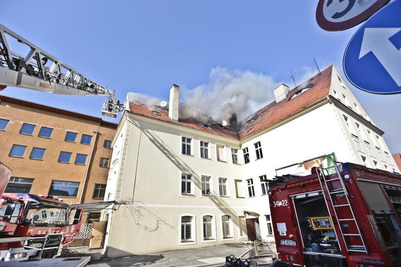 (pij)W czwartek, 17 marca po godz. 14, w kamienicy na Placu Pocztowym w centrum Zielonej Góry, wybuchł pożar. – Paliły się pomieszczenia w środku kamienicy,