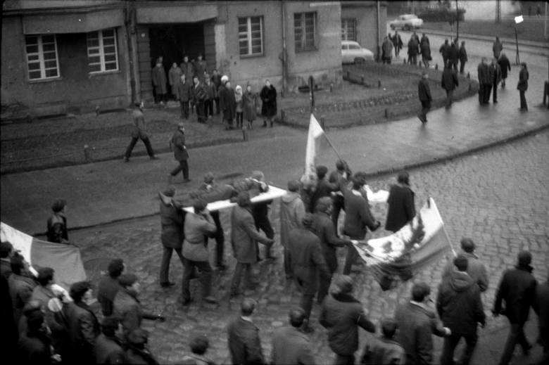 W grudniu 1970 władza ustawiła dwóch młodych Polaków po obu stronach barykady. Gdynianin był o krok od śmierci, Ślązak nie chciał zabijać