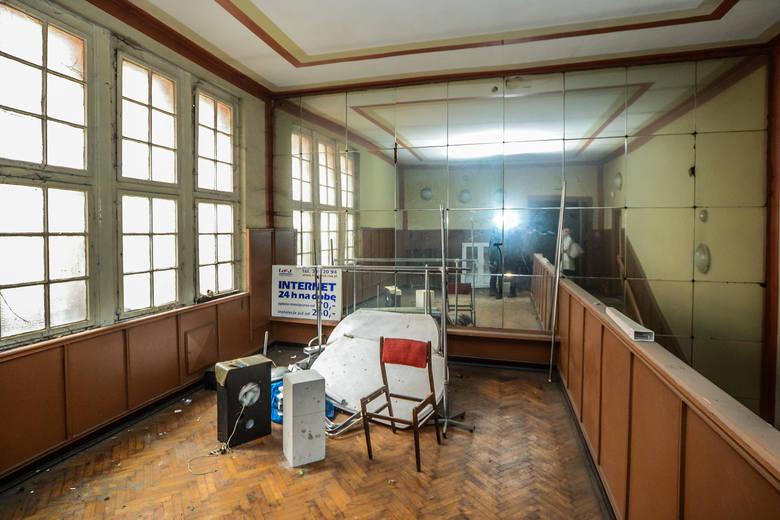 Górne, małe foyer przy wejściu na balkon. Kto jeszcze pamięta, że jest tam ściana wyściełana lustrami?<br />