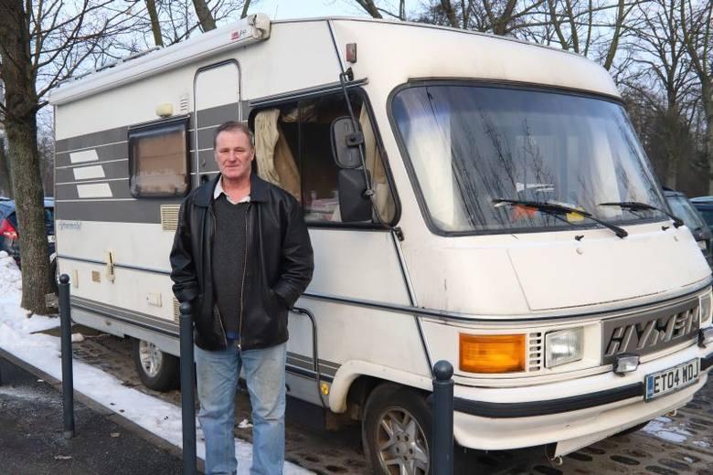 """Derrick, emerytowany inżynier z Brighton w Anglii, od 10 dni mieszka na parkingu aquaparku """"Fala"""". Pochodzący z Wysp Brytyjskich globtroter śpi w swoim"""