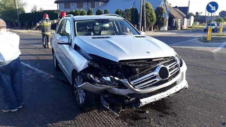 Do groźnego wypadku doszło dzisiaj wieczorem. Mercedes wymusił pierwszeństwo na prawidłowo jadącym volkswagenie.Zdjęcia pochodzą z grupy Kolizyjne Podlasie
