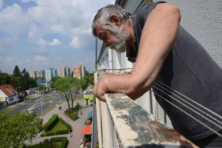 Pan Jerzy nie może uwierzyć w to, że znalazły się osoby, które posądzają go o wyrzucenie własnego psa przez balkon.