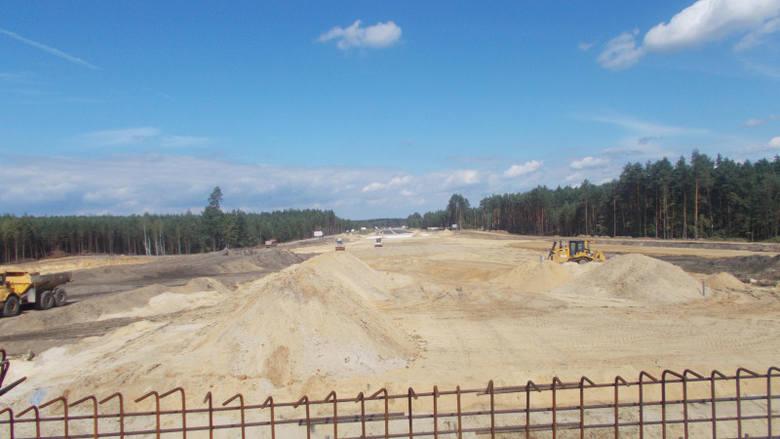 Jak informuje Generalna Dyrekcja Dróg Krajowych i Autostrad w Rzeszowie, budowa drogi S19 w kierunku Lublina przebiega zgodnie z planem. Na części powstających