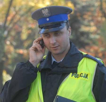 Mł. asp. Michał Pakuła już przekonał się, że telefony komórkowe znacznie ułatwiają pracę. Jest dzielnicowym na os. Piaski i mówi, że już odebrał pierwsze