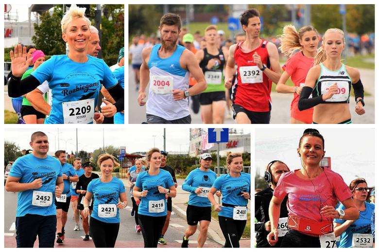 Około 800 biegaczy przebiegło przez centrum Białegostoku w ramach biegu Szybka Dycha akcji Białystok Biega. Kilkając w kolejne zdjęcia spróbuj znaleźć