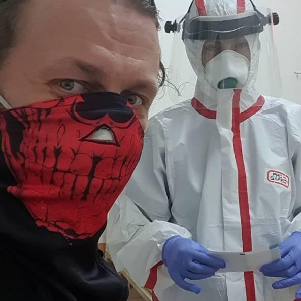 Krzysztof Drabikowski przebywa obecnie w szpitalu zakaźnym w Białymstoku przy ul. Żurawiej. Trafił tam we wtorek wieczorem z COVID-19.