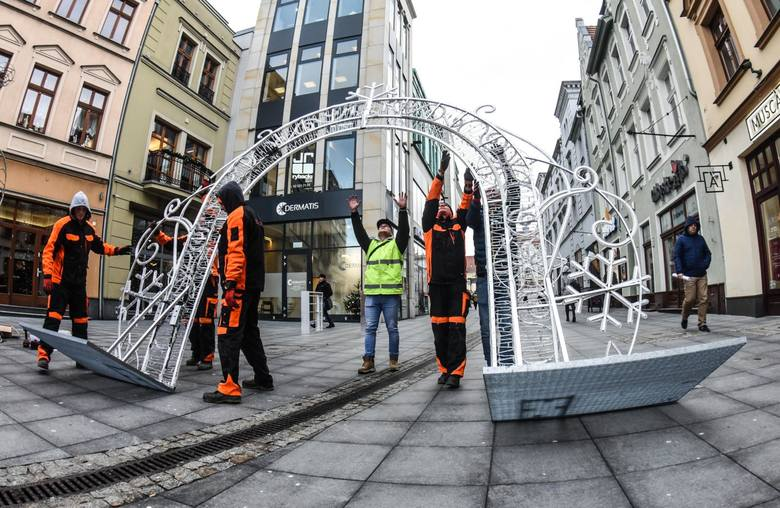 Już w piątek przy ul. Mostowej w Bydgoszczy zacznie działać tegoroczny jarmark bożonarodzeniowy. Ostatnie przygotowania do niego trwają. Tak samo jak