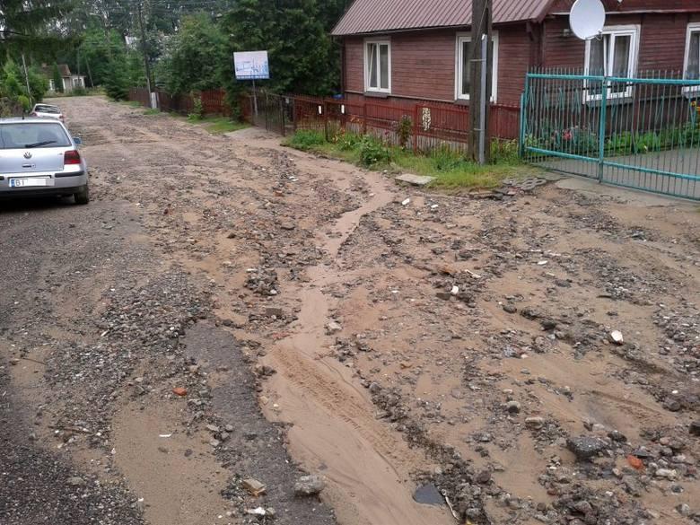 Gdy należeliśmy do gminy Zabłudów, ulica była piaszczysta i takich rzeczy nie było - mówi mieszkaniec ul. Bajecznej.W nocy z soboty na niedzielę nad
